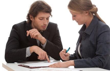 בעלת עסק בפגישה עם יועץ אשראי בנוגע להלוואה בערבות המדינה