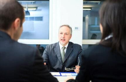יבואנים בפגישה לקבלת הלוואה לעסק