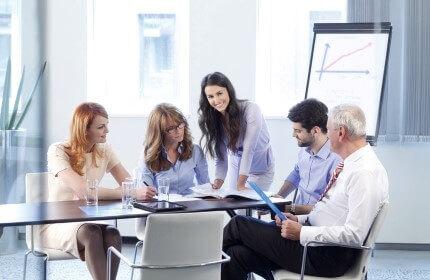 בעלי עסק חדש בפגישה לגיוס הלוואה לעסק