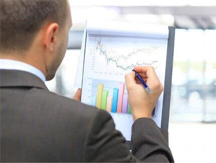 בעל עסק בודק את גרף התכנות של הרחבת העסק