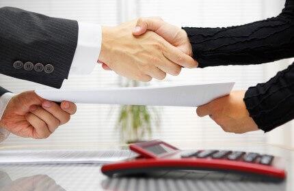 איש עסקים לחוץ יד עם הבנק לאחר אישור הגדלת מסגרת האשראי שלו