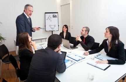 בעל עסק בפגישה עם משקיעים לגיוס אשראי לעסק