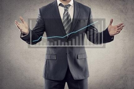אדם מדגים שינויים בהתפתחות העסק שלו באמצעות גרף