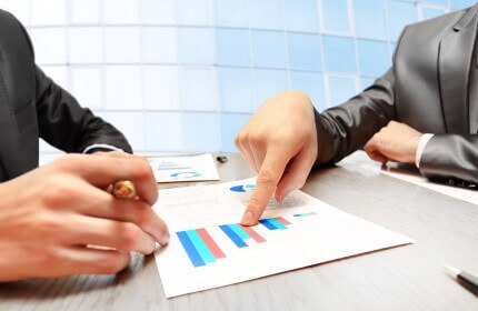 בעל עסק מקבל ייעוץ להלוואה עסקית לחברה שלו