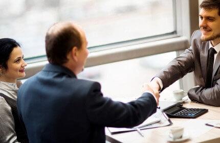 בעל עסק מקבל הלוואה לרכישת ציוד ומכונות