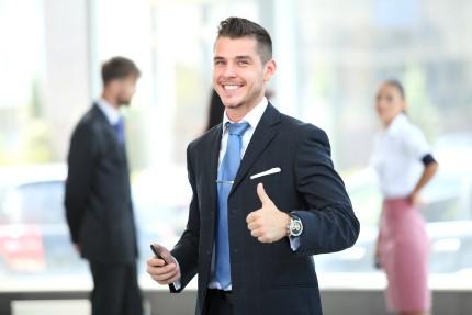 בעל עסק שמח שקיבל הלוואה בערבות המדינה