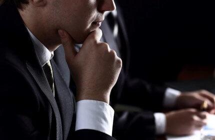 איש עסקים מתלבט אם לקחת הלוואה מקרן סולם