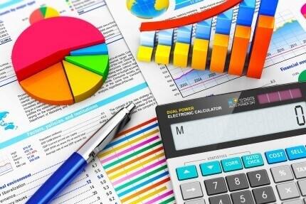 מחשבון עם גרפים של פעילות עסקית של עסק פעיל