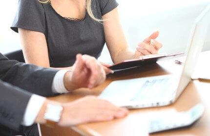 יועץ משפחה עסקית בפגישה לעידוד תעסוקה
