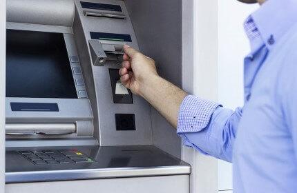 אדם מכניס אשראי ליזמים ועסקים חדשים לכספומט
