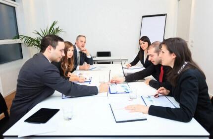 קבוצת רכישה בפגישה לקבלת מימון