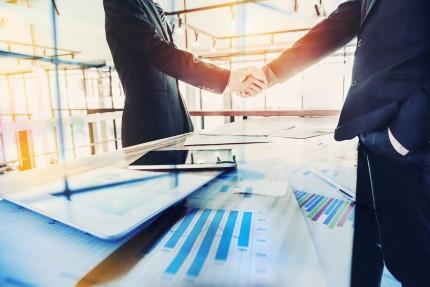 אנשי עסקים לוחצים ידיים לאחר קבלת הלוואת סיוע