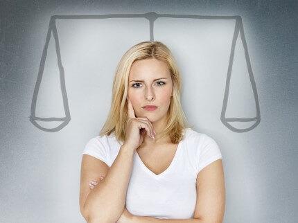 אישה מתלבטת בנוגע לקבלת שירות לייעוץ לגיוס אשראי