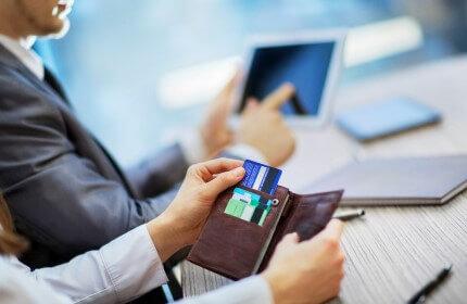 שני כרטיסי אשראי בתוך ארנק