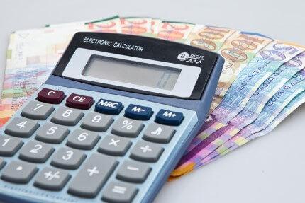 מחשבון לצד שטרות כסף