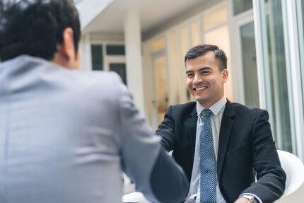 שני אנשי עסקים בפגישה