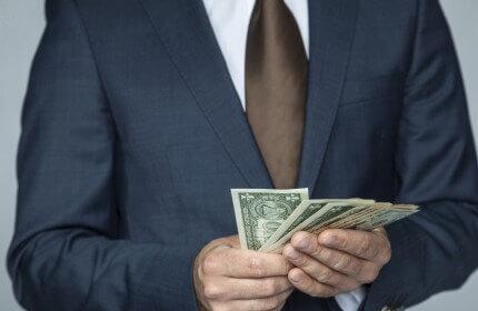 איש עסקים מחזיק שטרות כסף