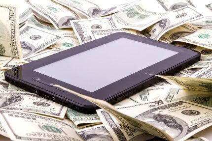 טאבלט מונח על שטרות דולרים