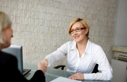 נשות עסקים בפגישה להלוואה לחברת הובלות