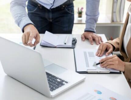 אנשי עסקים חותמים על טפסי הלוואה