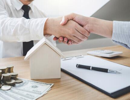 אנשי עסקים לוחצים ידיים להלוואה בערבות המדינה לחדר בריחה